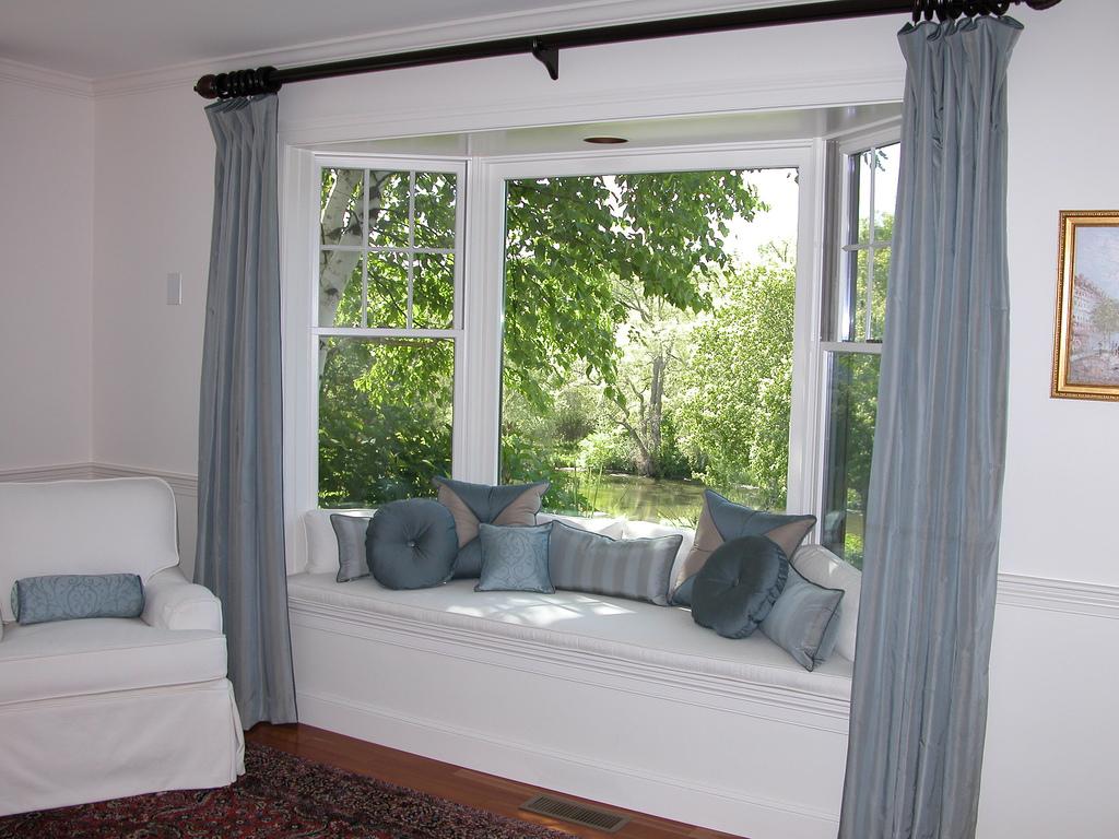 bay window (https://www.flickr.com/photos/velvetdragon64/123438152/in/photostream/)